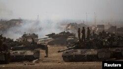 2014年7月13日以色列士兵是站在加沙地带的坦克上