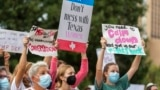 Sejumlah perempuan turut serta dalam protes terkait aborsi Texas State Capitol di Austin, Texas, 2 Oktober 2021. (Foto: AP)