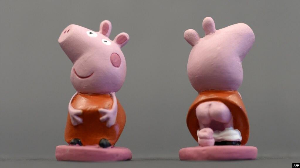 英國動畫形像小豬佩奇的陶瓷玩偶2013年11月15日在西班牙吉羅納附近展覽。