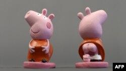 英国动画形象小猪佩奇的陶瓷玩偶2013年11月15日在西班牙吉罗纳附近展览。