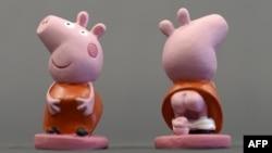英國動畫形象小豬佩奇的陶瓷玩偶2013年11月15日在西班牙吉羅納附近展覽。