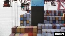 Kontainer terlihat di pelabuhan Yangshan, Shanghai, China (foto: dok). Ekspor barang-barang China melemah bulan Juli.