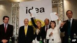 Lilian Tintori y Mitzi Capriles de Ledezma alzan la declaración firmada por ex presidentes.