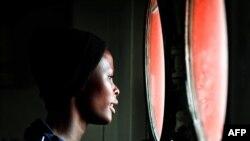 Tư liệu: Một phụ nữ nhìn ra ngoài từ khung cửa số trên tàu Aquarius khi tàu cập cảng Messina của đảo Sicily, hôm 14/5/2018. Tàu Aquarius do tổ chức SOS Mediterrannee và Tổ chức Y sĩ Không Biên giới thuê bao để đi cứu người. AFP PHOTO / LOUISA GOULIAMAKI
