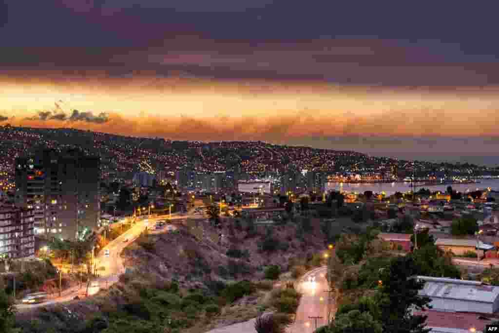 Asap mengepul dari hutan di sekitar Valparaiso, Chili, 2 Januari 2017 sementara api kebakaran dikhawatirkan akan mencapai pelabuhan kota.