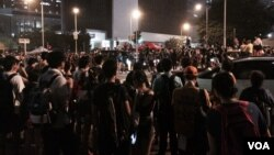 星期四8時後,包圍香港特首辦公室的示威人士越來越多,聚集到對面的添馬公園 (美國之音湯惠芸攝)