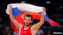 Vận động viên Dzhamal Otarsultanov của Nga ăn mừng sau khi đánh bại Vladimer Khinchegashvili của Gruzia trong trận chung kết đô vật 55kg tại Olympic London 2012.