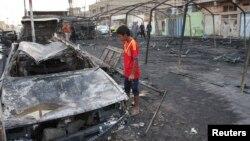 2013年9月22日: 面对巴格达萨德尔城炸弹袭击残骸(资料照片)