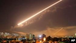 Langit di Damaskus terang benderang oleh misil-misil dari darat ke udara saat AS melakukan serangan atas beberapa sasaran di ibukota Suriah itu, Sabtu (14/4) dini hari.