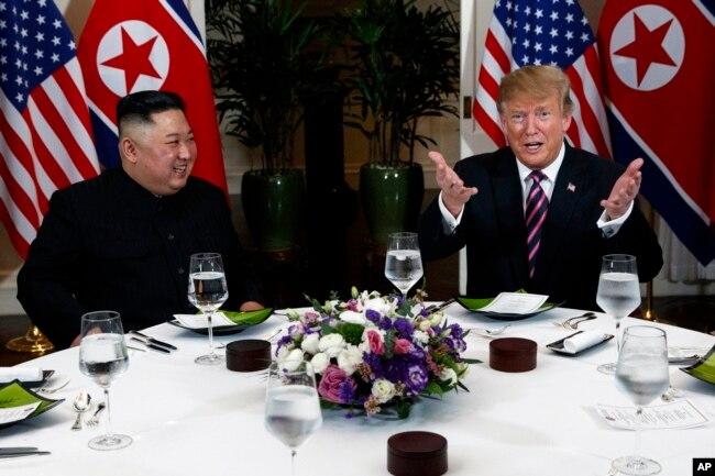 El presidente de EE.UU. Donald Trump habla durante una cena con el líder de Corea del Norte Kim Jong Un, el miércoles, 27 de febrero de 2019, en Hanói, Vietnam.