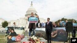 La activista Iram Ali junto con el representante Ro Khanna en un mitin en apoyo a la resolución del Senado para acabar con el apoyo militar de EE.UU. al bombardeo de Yemen por parte de Arabia Saudí.