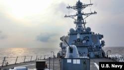 美国海军第七舰队伯克级导弹驱逐舰本福德(USS Benfold)号2021年7月28日穿越台湾海峡。(照片来自美国海军推特)