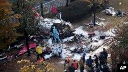 Cảnh sát kiểm tra đống đổ nát của máy bay trực thăng bị rơi tại Seoul, Hàn Quốc, 16/11/2013