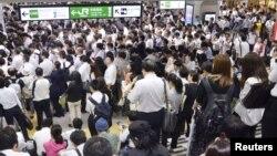Kerumunan penumpang di stasiun Urawa, di Saitama, utara Tokyo, yang menunggu layanan kereta kembali normal setelah dihentikan sementara akibat Badai Faxai, di Tokyo, 9 September 2019. (Foto: Reuters)