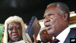 ປະທານາທິບໍດີຄົນໃໝ່ ທ່ານ Michael Sata (ຂວາ) ສາບານຕົວເຂົ້າຮັບຕໍາແໜ່ງຢູ່ສານສູງສຸດ ທີ່ນະຄອນ Lusaka ຂອງຊໍາເບຍ ໃນວັນທີ 23 ກັນຍາ, 2011.