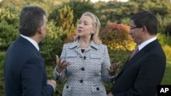 Turkish President Abdullah Gul , left, speaks with US Secretary of State Hillary Clinton and Turkish Foreign Minister Ahmet Davutoglu in Istanbul.