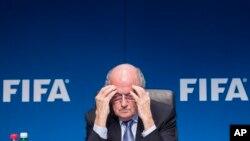 ប្រធានសហព័ន្ធកីឡាបាល់ទាត់ FIFA Joseph Blatter ចូលរួមនៅក្នុងសន្និសីទកាសែតមួយ បន្ទាប់ពីកិច្ចប្រជុំរបស់នាយកប្រតិបតិ្តរបស់ FIFA នៅក្នុងក្រុង Zurich ប្រទេសស្វីស កាលពីថ្ងៃទី២០ ខែមិនា ឆ្នាំ២០១៥។
