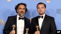 """Alejandro González Iñarritu (izquierda) y Leonardo DiCaprio ganaron el Globo de Oro a la mejor película por """"The Revenant"""" el 10 de enero, de 2016."""