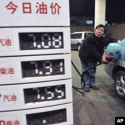 2月20日沈阳出租车司机加油时观察油价