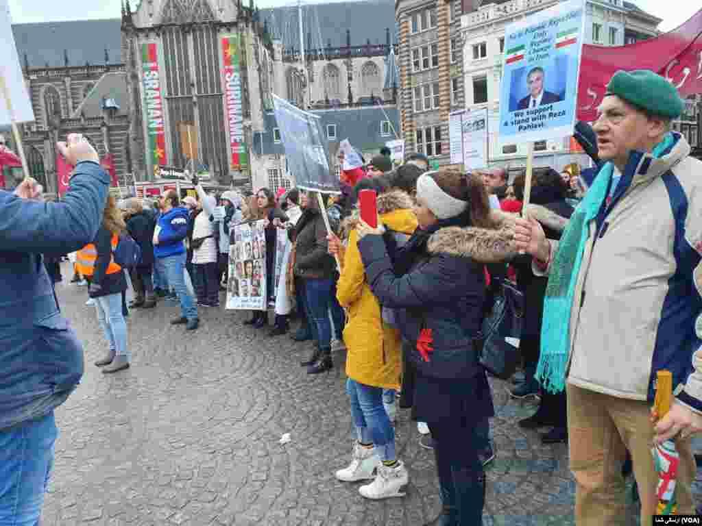 روز سه شنبه در آمستردام هلند نیز گروهی در حمایت از اعتراضات مردم ایران علیه جمهوری اسلامی در روز سه شنبه ۱۹ نوامبر / ۲۸ آبان در میدان شهر حضور یافتند.