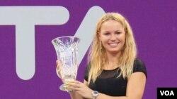 Caroline Wozniacki memegang trofi sebagai petenis nomor satu dunia bulan Oktober lalu. Walau tersingkir di semifinal Australia Terbuka, ia masih menempati posisi puncak.