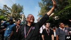 Suthep Thaugsuban (depan) memimpin protes anti pemerintah di Bangkok, Thailand (27/11).