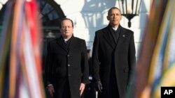 바락 오바마 미국 대통령(오른쪽)과 프랑수아 올랑드 프랑스 대통령이 11일 백악관 환영식에서 나란히 서있다.