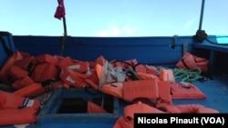 Un mémorial a été créé à Pozzallo afin de rendre hommage aux disparus dans la mer méditerranée, en Sicile, Italie, le 7 octobre 2015. (VOA/Nicolas Pinault)