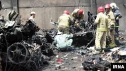 伊朗一架小型客機墜毀,有關人員在現場調查。