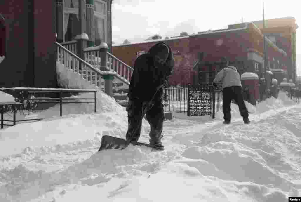 درجہ حرارت خطرناک حد تک گرنے کی توقع ہے اور کہا جا رہا ہے کہ 20 برسوں کے دوران ملک میں یہ سب سے شدید سرد موسم ہے۔