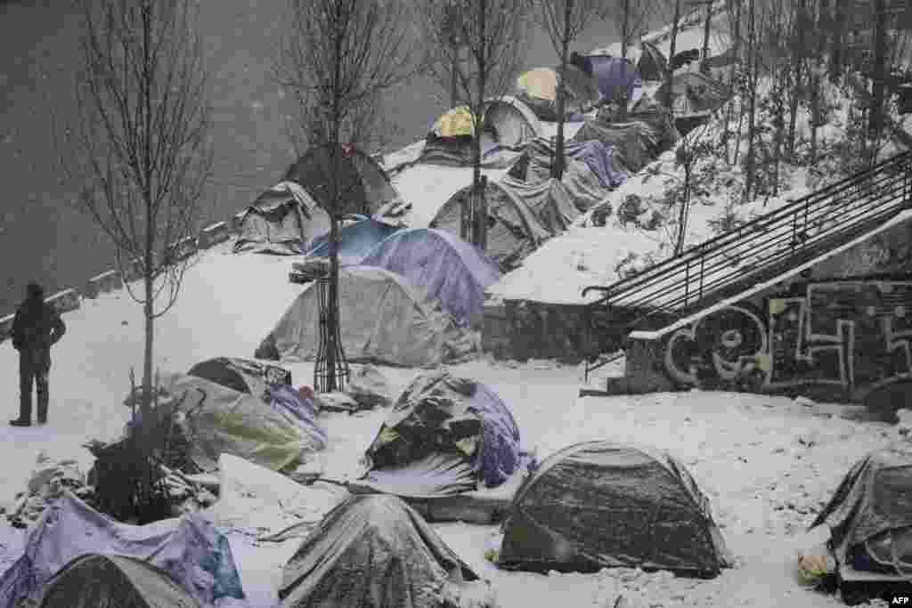 تصویری از چادرهای پوشیده از برف پناهجویان افغان در زیر بارش برف شدید در پاریس