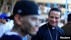 El padre Fabio Colindres es el principal negociador en el proceso de paz entre las pandillas en El Salvador.