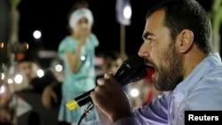 Nasser Zefzafi, leader de la contestation populaire dans la région du Rif, dans le nord du Maroc, harangue la foule à Al-Hoceima, Maroc, 18 mai 2017.