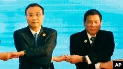 老撾萬象舉行的東盟會議上,中國總理李克強(左)和菲律賓總統杜特爾特(右)手拉手(資料照片)