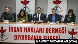 İnsan Hakları Derneği Diyarbakır Şube Başkanı Raci Bilici, derneğin diğer yöneticileriyle daha önceki bir basın toplantısında görülüyor.