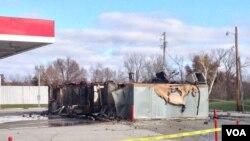 Салон по продаже легковых автомобилей уничтожен пожаром в ходе беспорядков в городе Фергюсон. 25 ноября 2014 г.