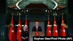 24일 터키 앙카라의 대통령궁에서 레제프 타이이프 에르도안 터키 대통령이 연설하고 있다.