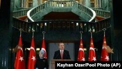ប្រធានាធិបតីតួកគី Recep Tayyip Erdogan ថ្លែងក្នុងពេលប្រជុំនៅឯវិមានប្រធានាធិបតី ក្នុងទីក្រុងអង់ការ៉ា ប្រទេសតួកគី កាលពីថ្ងៃទី២៤ ខែវិច្ឆិកា ឆ្នាំ២០១៥។