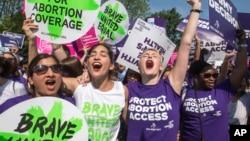 Para perempuan pendukung hak-hak aborsi merayakan keputusan Mahkamah Agung AS, di Washington, Senin (27/6).