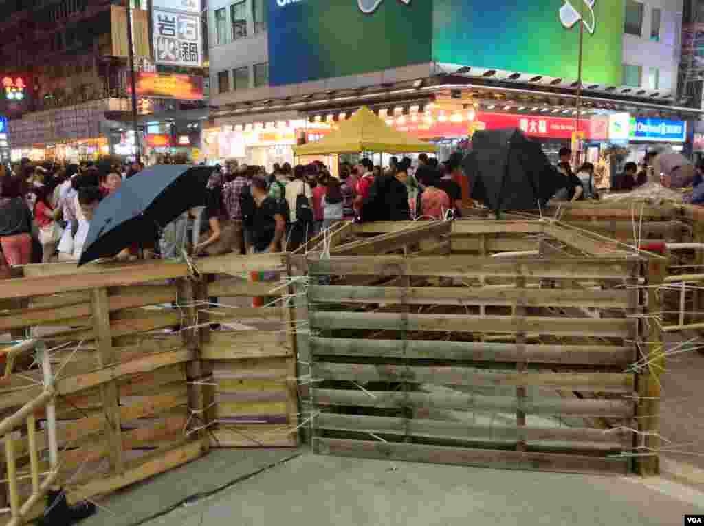 香港警民在旺角對峙 (美國之音海彥 拍攝)