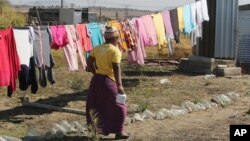 一名南非妇女与五个人共同住在一个棚屋内。(2016年8月12日)