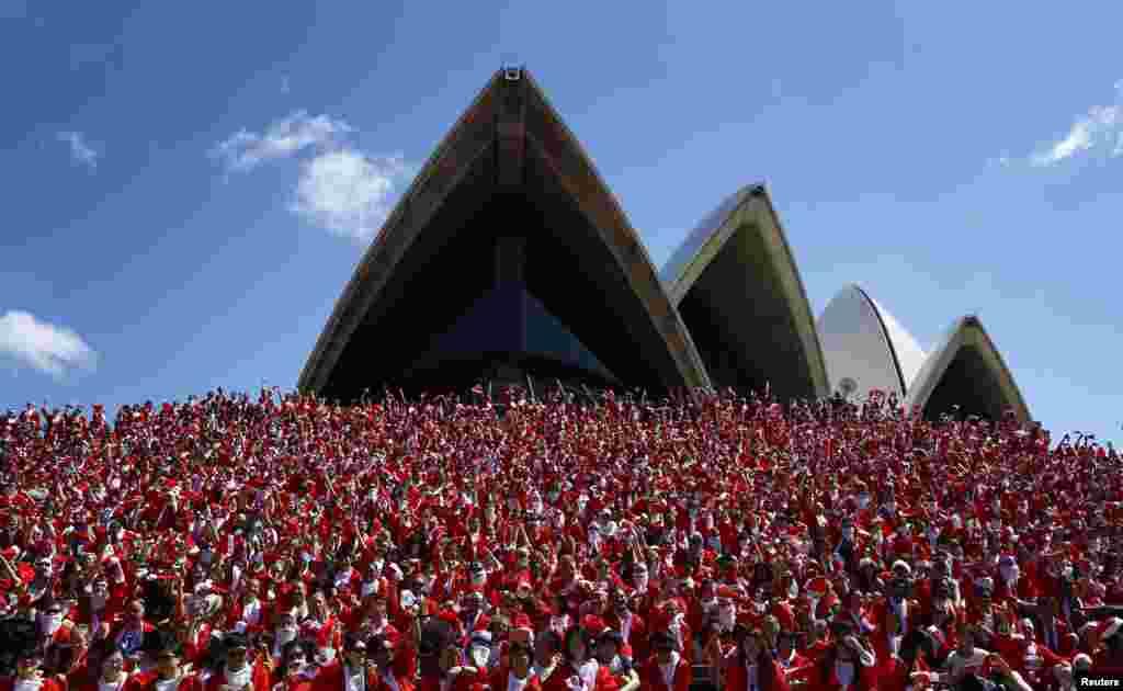 Ribuan pria berpakaian Sinterklas ikut dalam acara Santa Fun Run tahunan dari Darling Harbour ke Opera House Sydney, Australia. Acara tahunan ini diadakan setiap tahun untuk mengumpulkan dana yang digunakan untuk membantu anak-anak tidak mampu untuk memperbaiki hidup mereka.
