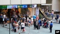 Контрольно-пропускной пункт в международном аэропорту Орландо накануне Дня поминовения.