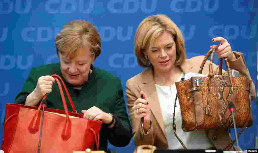 អ្នកស្រីអធិការបតី Angela Merkel និងអនុប្រធានបក្ស Christian Democratic Union អ្នកស្រី Julia Kloeckner ចូលរួមក្នុងកិច្ចប្រជុំគណបក្សនៅទីស្នាក់ការកណ្តាលរបស់គណបក្ស Christian Democratic Union (CDU) ក្នុងទីក្រុងបែរឡាំងប្រទេសអាល្លឺម៉ង់កាលពីថ្ងៃទី២៧ វិច្ឆិកា ២០១៧។