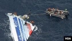 La marina brasileña rescató una de las alas del vuelo Air France 447, que desapareció en junio de 2009, aunque aún no se determina lo que provocó el accidente.
