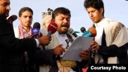 Mohammed Ali al-Houthi (tengah), Kepala Dewan Revolusi pemberontak Houthi berbicara kepada media di Sana'a, Yaman (foto: dok).