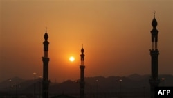 Những người Hồi giáo hôm nay cử hành nghi lễ ném đá vào ba chiếc cột ở Mina, Ả rập Xê-út