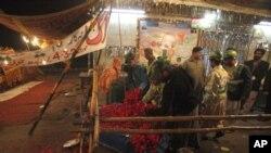لاہور، فروری 3، ایک صوفی مزار پر بم دھماکے کے بعد پولیس کے سپاہی معائنہ کررہے ہیں۔