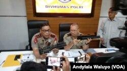 Kepala Korps Brimob Irjen Murad Ismail tengah berbicara & Kadiv Humas Polri Irjen Setyo Wasisto menjelaskan impor ratusan senjata Arsenal Stand Alone Grenade Launcher atau SAGL di Divisi Humas Mabes Polri.