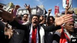 Para demonstran di Yaman yang menentang pengambilalihan pemerintahan oleh pemberontak Syiah Houthi, melakukan unjuk rasa di Taiz (9/2).